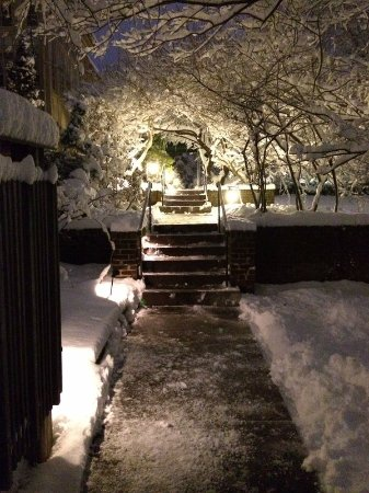 The Lafayette Inn: Snow covered walkway