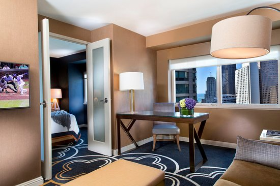 Omni Chicago Hotel: King Deluxe Suite Living Area