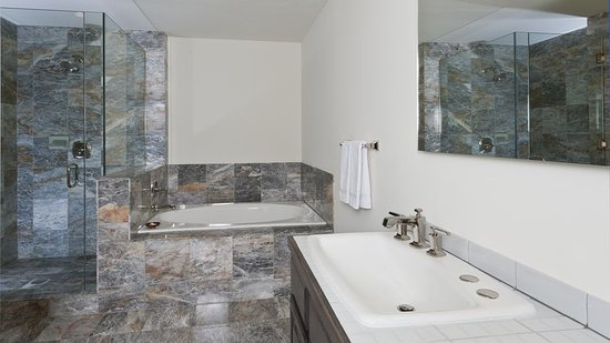 Ketchum, ID: Spacious Suite Bathroom