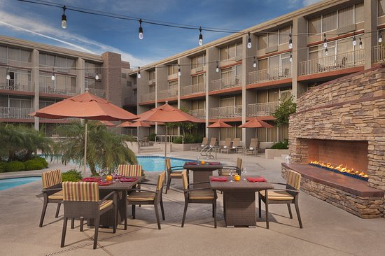 Sheraton Phoenix Airport Hotel Tempe: Pool and Fireplace Patio - Dining setup
