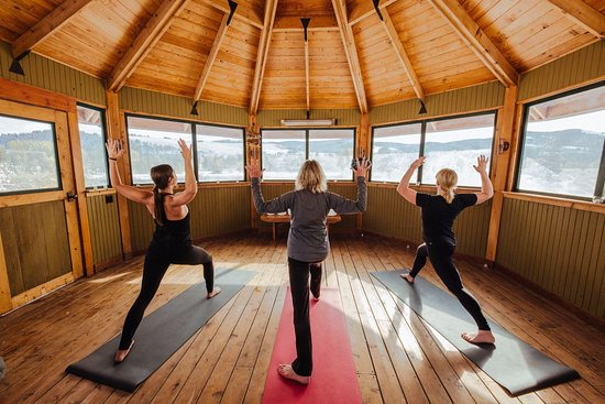 Philipsburg, MT: Spa & Wellness Manager Karen leads a flow yoga class in the gazebo overlooking Rock Creek valley