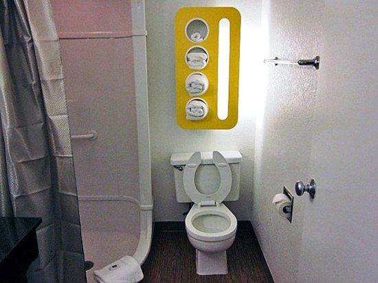 Motel 6 Del Rio: MBath2