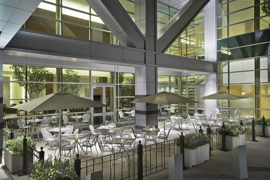 The Westin Boston Waterfront: Birch Bar and Patio at night