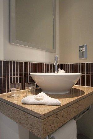 Staybridge Suites London-Stratford City: Guest Bathroom