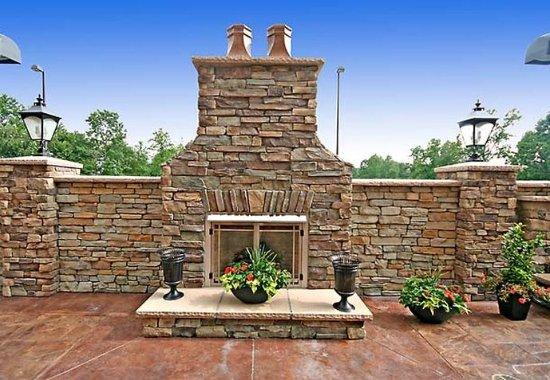 Elkin, Carolina del Nord: Patio Fireplace