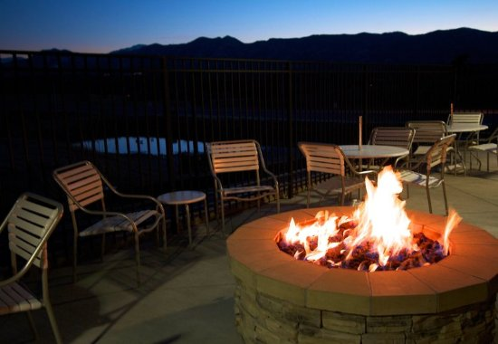 Fairfield Inn & Suites Colorado Springs North/Air Force Academy: Patio Fire Pit