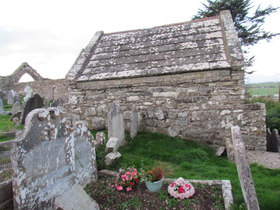 Ardmore, Ierland: Little chapel in graveyard near Cathedral