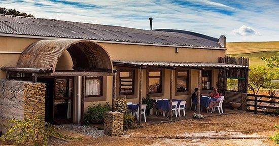 Caledon, Sudáfrica: Outside shaded seating area.