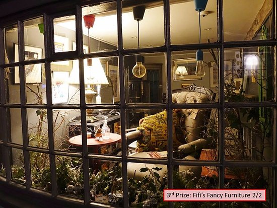 Wotton-under-Edge, UK: We won Third Prize for our Christmas Window Display