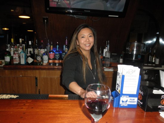 Brownie's on the Lake: julie the very pretty bartender....