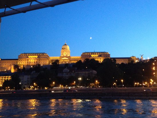 Giraffe Hop On Hop Off City Tour : Budapest night cruise