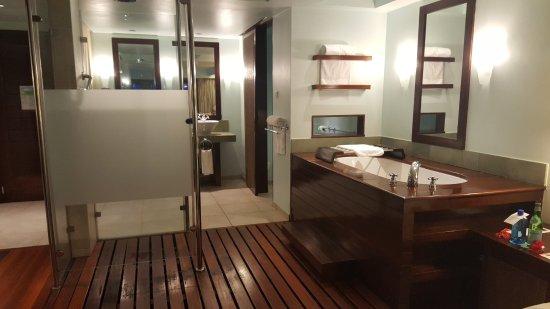 Le Meridien Fisherman's Cove: Room 112