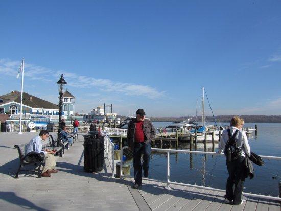 Old Town Waterfront: Посидеть можно и на перилах.