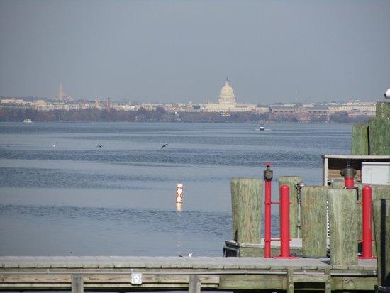 Old Town Waterfront: Вид на Капитолий с набережной Старой Александрии.