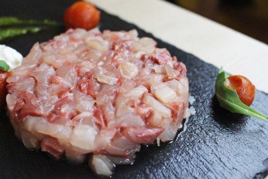 Pieve A Presciano, Italia: Tartare di ricciola con chenelle di burrata e pomodoro