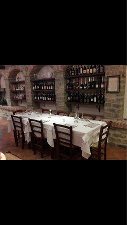 Borgomale, Italy: Tavolo pronto per il servizio.