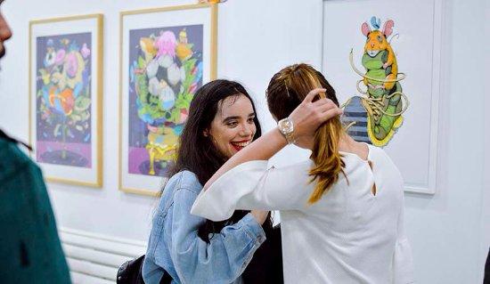 Visitantes en la sala de exposiciones de Diwap