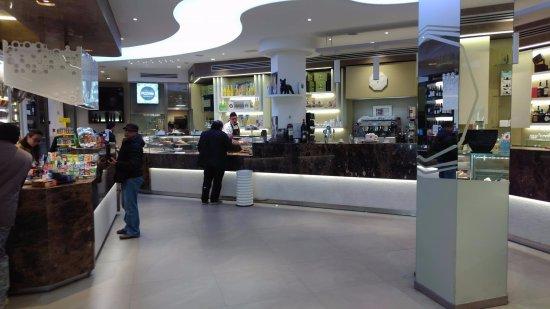 Mascalucia, Italia: Il salone del bar