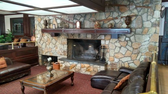 Pocono Plaza Inn: Fireplace in Lobby Area