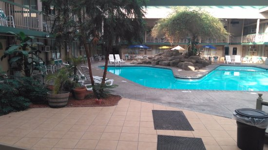 Pocono Plaza Inn: Pool Area