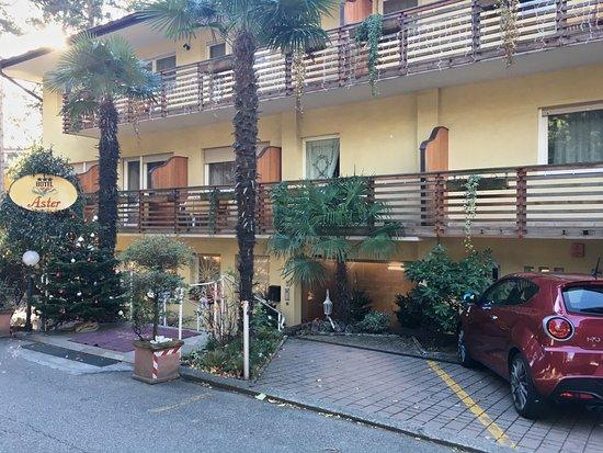 Hotel Garni Aster: Un angolo dell hotel Aster, lato superiore con ingresso alla struttura.