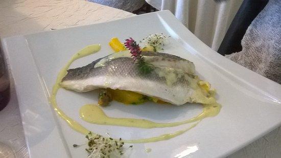 Marnand, فرنسا: Plat au poisson de ma voisine de table. La peau s'enlevait très facilement ce qui était agréable