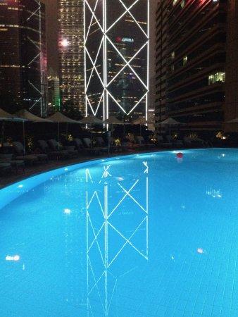 Island Shangri-La Hong Kong: Pool with a nice view to the Bank of China tower