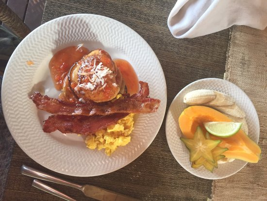 Hale Hualalai Bed and Breakfast: breakfast of banana pancakes, papaya, star fruit and local eggs
