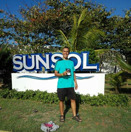 SunSol Isla Caribe: En la entrada del hotel, areas verdes bien mantenidas