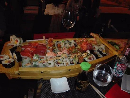 Saleilles, France: ne faite pas attention au bazar sur la table, on avait deja bien commencé la soirée ^^