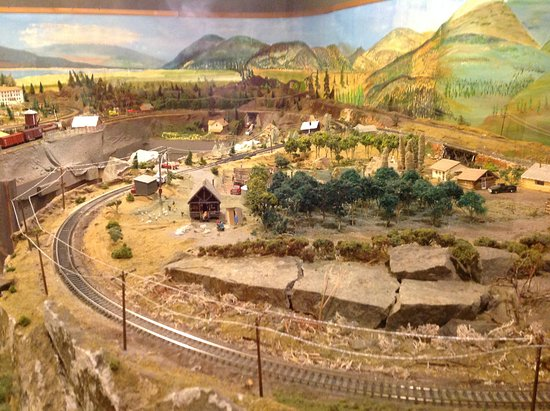 Summerland, Canada: Upstairs: Model train, how it looked back then
