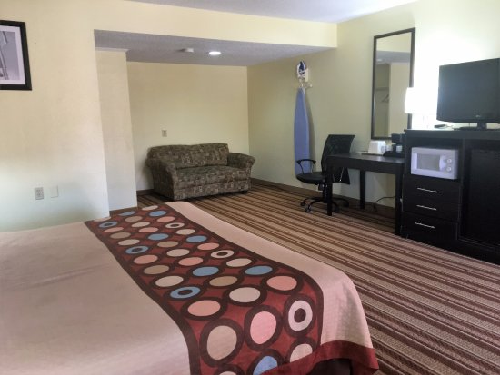 Bellmawr, NJ: Suite 1 King Bed Room with Sofa