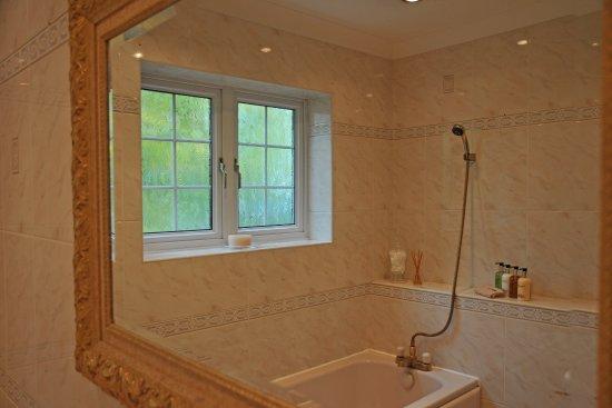 Wansford, UK: Private bathroom adjoining Garden Room