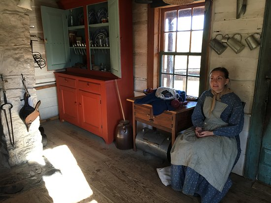 Staunton, فيرجينيا: Interpreter for 1850's house