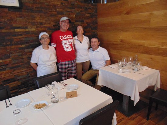 Castelo de Paiva, Portugal: Me in Red with the restaurant owners and chef!