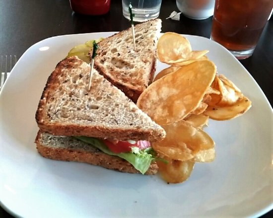 Havertown, Пенсильвания: BLT with Avocado on Multi Grain Toast and House-made Chips (c) sdh
