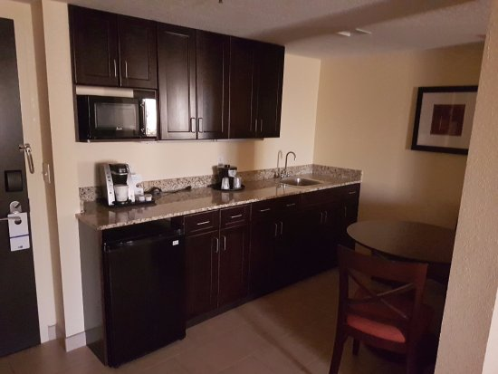 Holiday Inn Express and Suites Fort Lauderdale Executive Airport : Kitchen in suite.