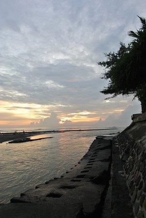 Anapuri Villas: Sunrise is pretty but no good access to the beach