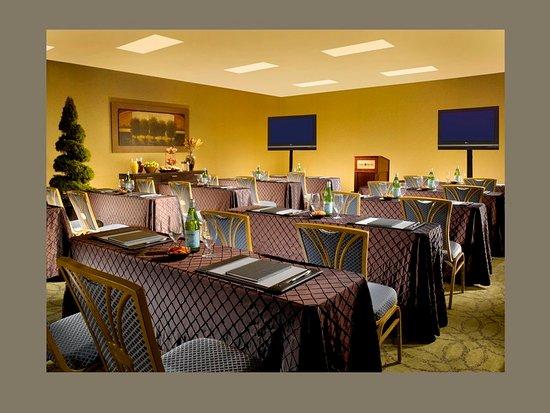 Omni Charlottesville: Meeting room
