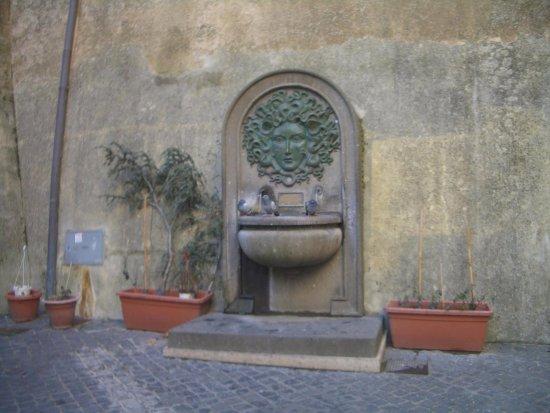Nemi, Ιταλία: fontana della Gorgone