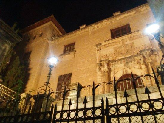 Museo de Jaén: Fachada principal, iluminación nocturna.