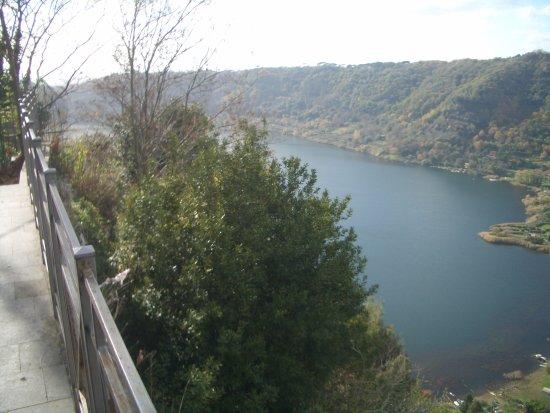 Nemi, Italy: panorama del lago dalla terrazza degli innamorati