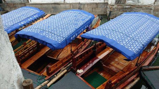 Kunshan, Cina: man-rolled boat