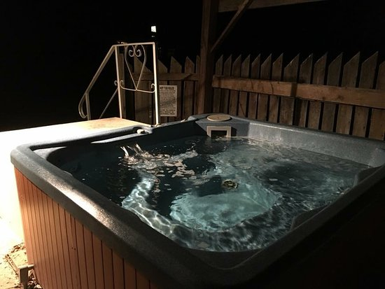 Seneca Rocks, Virginia Occidental: Hot tub with roof and outdoor light at log house