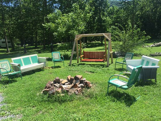 Seneca Rocks, Virginia Occidental: Fire pit behind cabin 3