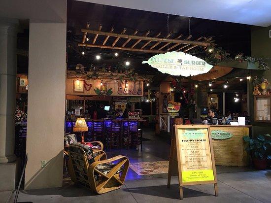 Cheeseburger Grille And Tap Room: ショップスアットワイレア1階ホノルルクッキー付近