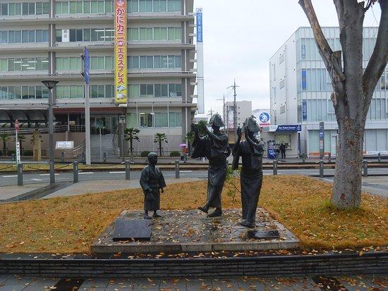Statues at Fukuchiyamadori
