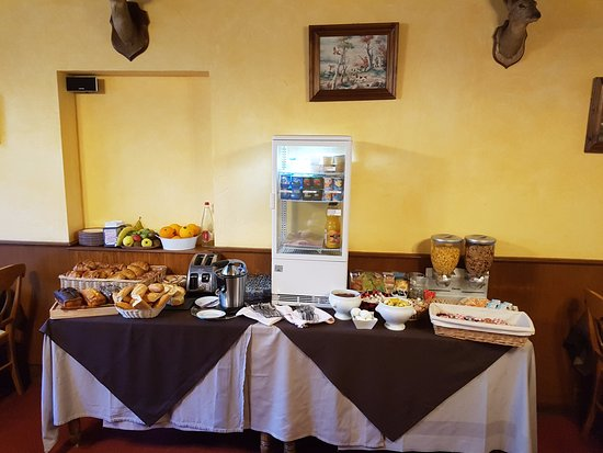 Cour-Cheverny, France: buffets