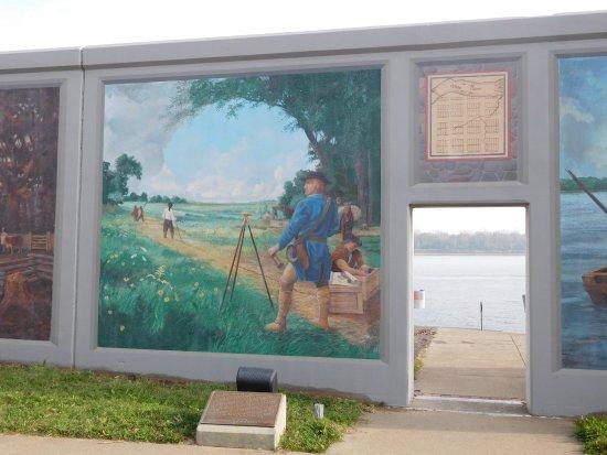 Drury Inn Paducah: Wonderful wall murals along the flood-blocking riverwalls.