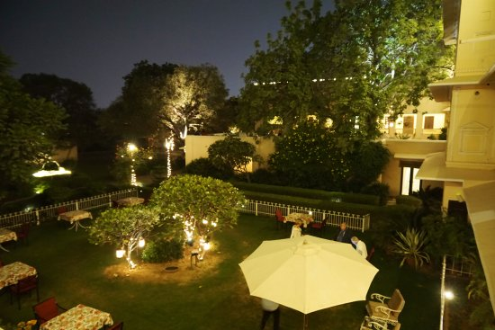 Royal Heritage Haveli: The garden at night, looking towards the terrace